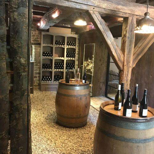 bouteilles avec tonneaux du caveau du Domaine de Vandenesse et Spa