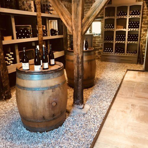bouteilles sur tonneaux du caveau Domaine de Vandenesse et Spa