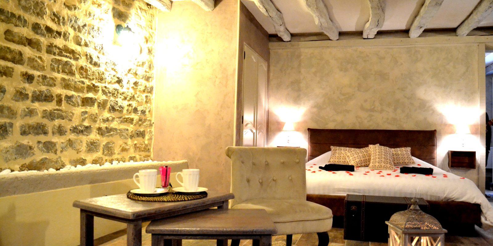 lit de la suite Bacchus avec fauteuils et tables