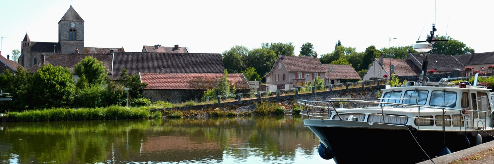 extérieur du Domaine avec le canal de Bourgogne