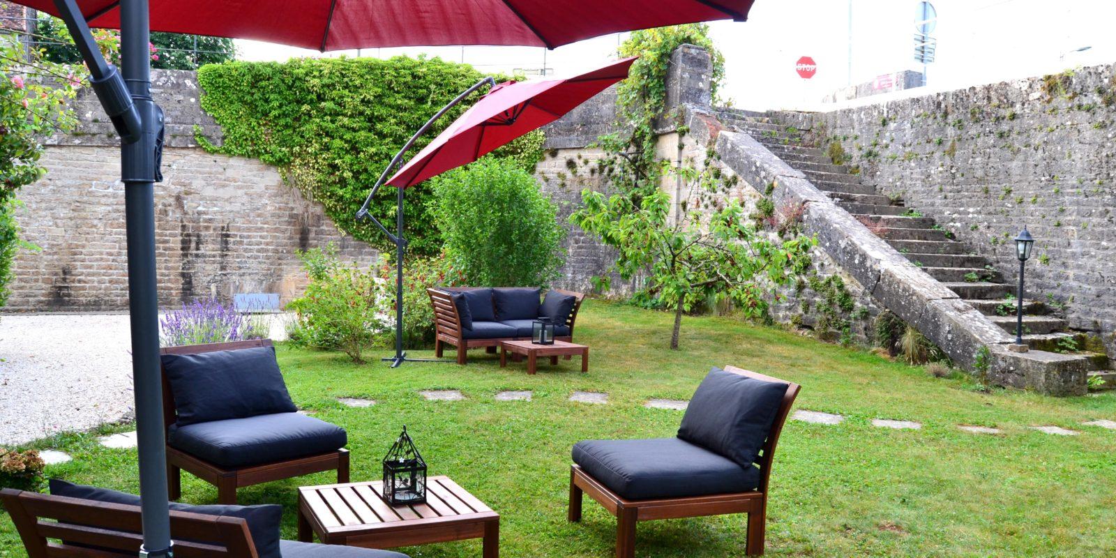 jardin du Domaine avec fauteuils de jardin