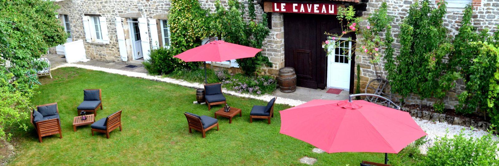 vue sur le jardin du Domaine et l'entrée du caveau