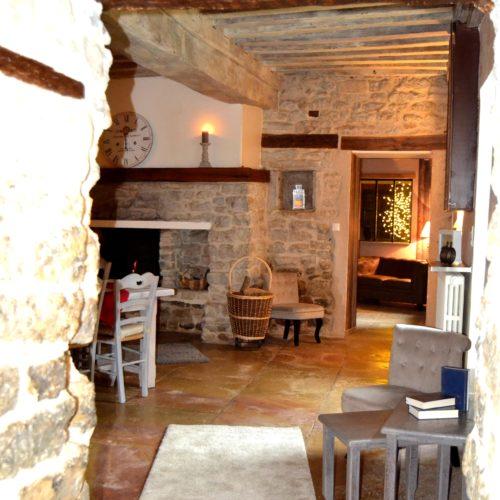 vue sur la salle avec dalles de Bourgogne et cheminée