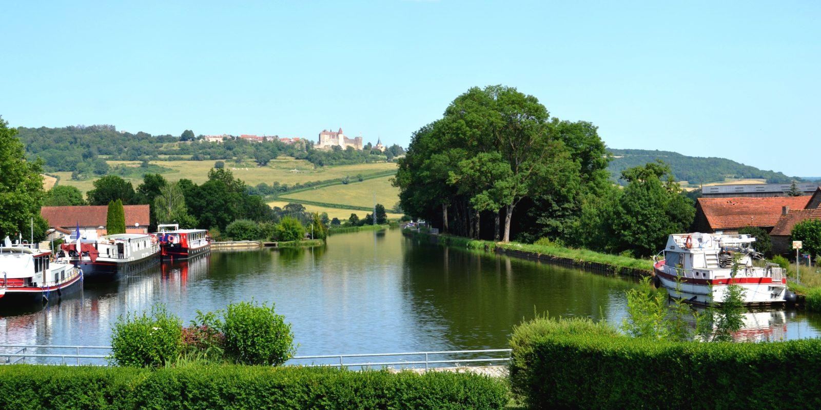 vue sur le canal de Bourgogne et le Châteauneuf-en-Auxois