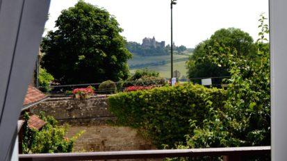 vue du gîte sur le jardin et le château de Châteauneuf-en-Auxois